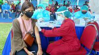 Vaksinator menyuntikkan vaksin Covid-19 ke seorang peserta vaksinasi massal di Stadion Gajayana, Kota Malang pada Sabtu, 7 Agustus 2021 (Liputan6.com/Zainul Arifin)