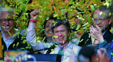 Kandidat Wali Kota Bogota, Claudia Lopez merayakan kemenangannya pada pemilihan umum (pemilu) daerah di Bogota, 27 Oktober 2019. Kandidat dari kalangan sayap tengah-kiri itu menjadi wali kota perempuan pertama di ibu kota Kolombia tersebut. (Raul ARBOLEDA / AFP)