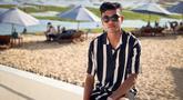 Brylian Negietha Dwiki Aldama atau akrab disapa Brylian memang terkenal sebagai pemain timnas U19 yang memiliki gaya yang keren. Penampilan santainya saat di pantai pun sangat curi perhatian dengan kemeja warna hitam dan putih. (Liputan6.com/IG/@brylianaldamaa)