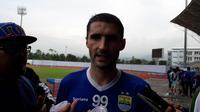 Gelandang Persib, Srdan Lopicic. (Bola.com/Erwin Snaz)
