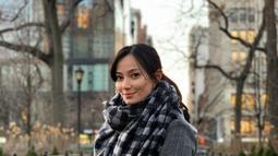 Saat berlibur di musim dingin, Asmirandah tampil cantik dengan outfit tebal. Kombinasikan jaket berwarna abu-abu, ia juga menegenakan syal tebal berotif monokrom. (Liputan6.com/IG/@asmirandah89)