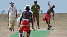 Seorang pria dari suku Maasai melempar bola saat pertandingan amal kriket di kaki Gunung Kenya (18/6). Pertandingan amal ini digelar untuk meningkatkan kesadaran akan nasib badak putih yang hampir punah. (AFP Phoo/Tony Karumba)