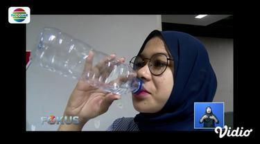 Minuman dalam botol plastik memang memberikan kesan simple dan mudah dibawa kemana saja. Design botol yang unik serta minimalis tidak jarang membuat para peminumnya menyimpan botol tersebut untuk kembali digunakan. Apakah hal ini berbahaya? Simak vid...