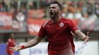Striker Persija Jakarta, Marko Simic, merayakan gol yang dicetaknya ke gawang 757 Kepri Jaya pada laga Piala Indonesia di Stadion Patriot Bekasi, Jawa Barat, Rabu (23/1). Persija menang 8-2 atas Kepri. (Bola.com/Yoppy Renato)