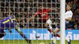 Proses terjadinya gol Mrcus Rashford pada laga lanjutan Premier League yang berlangsung di stadion Wembley, Inggris, Minggu (13/1). Man United menang atas Tottenham Hotspur 1-0. (AFP/Adrian Dennis)