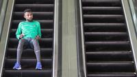 Rudolof Yanto Basna santai saat menjalani pemusatan latihan di Solo, dia sempat bermain di eskalator hotel tempat Timnas Indonesia menginap. (Bola.com/Vitalis Yogi Trisna)