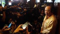 Pendiri Mayapada Group Dato Sri Tahir memberi keterangan pers usai menukarkan dolar  AS dan dolar Singapura, Jakarta, Senin (15/10). Pengusaha 66 tahun kelahiran Surabaya ini menukarkan dolarnya karena inisiatif pribadi. (Liputan6.com/Johan Tallo)