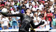 Kiper baru Real Madrid, Thibaut Courtois, melempar bola saat diperkenalkan di Stadion Santiago Bernabeu, Madrid, Kamis (9/8/2018). Pemain berusia 26 tahun pindah setelah empat musim terakhir jadi kiper utama Chelsea. (AFP/Javier Soriano)
