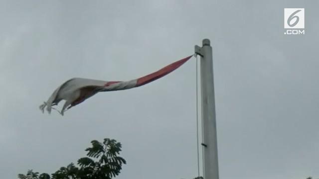Warga Palembang dihebohkan dengan berkibarnya bendera merah putih di halaman gedung DPRD namun dalah keadaan robek.