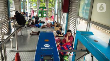 Korban banjir mengungsi di Halte Transjakarta Dispenda Samsat Barat, Jakarta Barat, Jumat (3/1/2020). Para korban terpaksa mengungsi ke halte tersebut akibat kurangnya posko pengungsian di sekitar lokasi terdampak banjir. (Liputan6.com/Faizal Fanani)