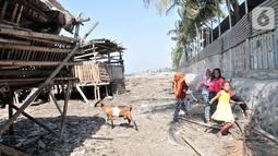 Anak-anak bermain di pesisir Kampung Baru, Cilincing, Jakarta, Selasa (22/10/2019). Mayoritas penduduk Kampung Baru atau biasa dikenal Kampung Nelayan adalah pendatang dari luar Jakarta yang kebanyakan berprofesi sebagai nelayan dan buruh kasar. (merdeka.com/Iqbal Nugroho)