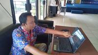 Sekretaris Asosiasi Tradisi Lisan (ATL) Jambi, Nukman, saat menjelaskan ungkapan-ungkapan seloko Jambi di Kantor Bahasa Jambi, Rabu (19/2/2020). (Liputan6.com / Gresi Plasmanto)