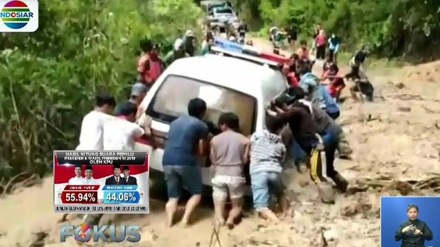 Warga didampingi bidan desa bekerja keras untuk menggotong Dasriani dengan tandu sejauh dua kilometer untuk keluar dari Desa Minanga.