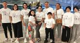 Melalui akun Instagram miliknya, Krisdayanti dan keluarganya kompak mengenakan pakaian berwarna putih dengan bertulisan The Lemos Family. Krisdayanti dan keluarga tengah menikmati liburan bersama di Eropa. (Liputan6.com/IG/krisdayantilemos)