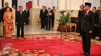 Presiden Jokowi memimpin acara pelantikan Rano Karno sebagai Gubernur Banten di Istana Negara, Jakarta, Rabu (12/8/2015). Rano menggantikan Ratu Atut yang turun sebelum masa jabatannya habis karena dipidana dalam kasus korupsi.(Liputan6.com/Faizal Fanani)