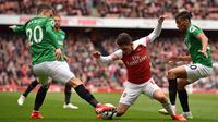 Gelandang Arsenal, Lucas Torreira, berebut bola dengan gelandang Brighton, Solly March, pada laga Premier League di Stadion Emirates, London, Minggu (5/5) Kedua klub bermain imbang 1-1. (AFP/Glyn Kirk)