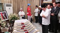 Presiden Joko Widodo atau Jokowi (kanan) menyalati jenazah Presiden ke-3 RI BJ Habibie saat melayat ke rumah duka di Patra Kuningan, Jakarta, Kamis (12/9/2019). Jokowi beserta rombongan menyalati jenazah Habibie sebelum dimakamkan. (Handout/Indonesian Presidential Palace/AFP)