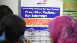Calon pemudik melihat papan pengumuman tanggal pemesanan tiket kereta di Stasiun Pasar Senen Jakarta, Senin (13/4/2015). PT KAI mulai menjual tiket kereta untuk keberangkatan H-10 lebaran melalui reservasi online maupun loket. (Liputan6.com/Faizal Fanani)