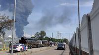 Kilang minyak Balongan Indramayu terbakar hebat pada Senin dinihari, (29/3/2021). (Liputan6.com/Panji Prayitno)