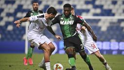 Pemain Sassuolo Jeremie Boga (kanan) mencoba melewati Pemain AC Milan Davide Calabria pada pertandingan Serie A Italia di Stadion Mapei, Reggio Emilia, Italia, Selasa (21/7/2020). AC Milan menang 2-1 sekaligus menggeser posisi AS Roma dari posisi lima klasemen. (Massimo Paolone/LaPresse via AP)