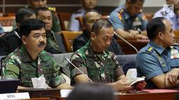 Panglima TNI Marsekal Hadi Tjahjanto (kiri) bersama Kepala Staf TNI AD (Kasad) Jenderal Mulyono (tengah) mengikuti rapat dengan Komisi I DPR  di ruang rapat Komisi I DPR, Kompleks Parlemen, Senayan, Jakarta, Kamis (24/5). (Liputan6.com/Johan Tallo)