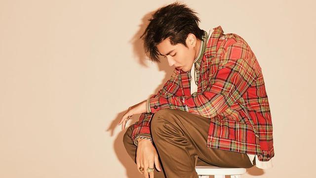 FOTO: Gaya Kasual Kris Wu Mantan Member EXO yang Mempesona