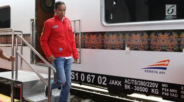 Presiden Joko Widodo turun dari kereta setibanya di Stasiun Cibatu, Garut, Jawa Barat, Jumat (18/1). Jokowi beserta Ibu Negara Iriana Joko Widodo bertolak menuju Garut untuk meninjau reaktivasi jalur kereta api Cibatu-Garut. (Liputan6.com/Angga Yuniar)