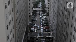 Parkiran kendaraan penghuni apartemen di Jakarta, Kamis (30/1/2020). Penjualan apartemen di Jakarta pada kuartal IV-2019 rata-rata mengalami penurunan sekitar 2 persen ke level 87,2 persen. (merdeka.com/Iqbal S Nugroho)