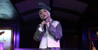 Penyanyi jebolan ajang pencarian bakat, Fatin Shidqia Lubis merilis lagu religi jelang ramadan. Penyanyi berjilbab itu mendaur ulang lagu yang dipopulerkan penyanyi legenda Chrisye. (Nurwahyunan/Bintang.com)