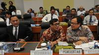Menteri Hukum dan Ham Yasonna Laoly (tengah), bersama Menteri Keuangan Bambang Brodjonegoro (kanan) berbincang saat mengikuti rapat kerja dengan Banggar DPR, Jakarta, (29/10/2015). Rapat juga membahas RUU APBN TA 2016. (Liputan6.com/Johan Tallo)