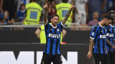 Gelandang Inter Milan, Stefano Sensi melakukan selebrasi
