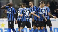 Striker Inter Milan, Romelu Lukaku, melakukan selebrasi usai membobol gawang Genoa pada laga Serie A 2019 di Stadion San Siro, Sabtu (21/12). Inter Milan menang 4-0 atas Genoa. (AP/Luca Bruno)