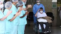 Veteran Perang Dunia II asal Brasil, Ermando Armelino Piveta meninggalkan Rumah Sakit Angkatan Bersenjata setelah pulih dari covid-19 di Brasilia, Selasa (14/4/2020). Kakek berusia 99 tahun itu dinyatakan sembuh dari virus Corona setelah dirawat selama delapan hari. (EVARISTO SA/AFP)