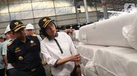 Menteri Keuangan Sri Mulyani Indrawati melihat barang-barang yang ada di Pusat Logistik Berikat (PLB) Dunia Express, Sunter, Jakarta, Jumat (4/10/2019). Dalam kesempatan tersebut, Sri Mulyani sempat bertanya mengenai proses perizinan barang masuk hingga keluar dari PLB. (Liputan6.com/Angga Yuniar)