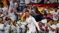 Pemain Real Madrid, Cristiano Ronaldo, pada laga kontra Espanyol, di Stadion Santiago Bernabeu, Senin (2/10/2017) dini hari WIB. Real Madrid unggul dengan skor 2-0.  (AFP/Gabriel Bouys)