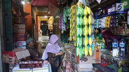 Suasana aktivitas jual beli di Pasar Cipete, Jakarta, Sabtu (10/8/2019). Rencana revitalisasi 21 pasar tradisional di ibu kota yang ditargetkan rampung pada tahun 2021 terancam molor lantaran hingga kini status lahan pasar masih dalam proses perubahan sertifikasi. (Liputan6.com/Angga Yuniar)