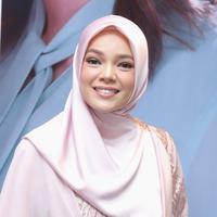 Brand ambassador Wardah, Dewi Sandra punya pendapat sendiri tentang kecantikan. (Daniel Kampua/Fimela.com)