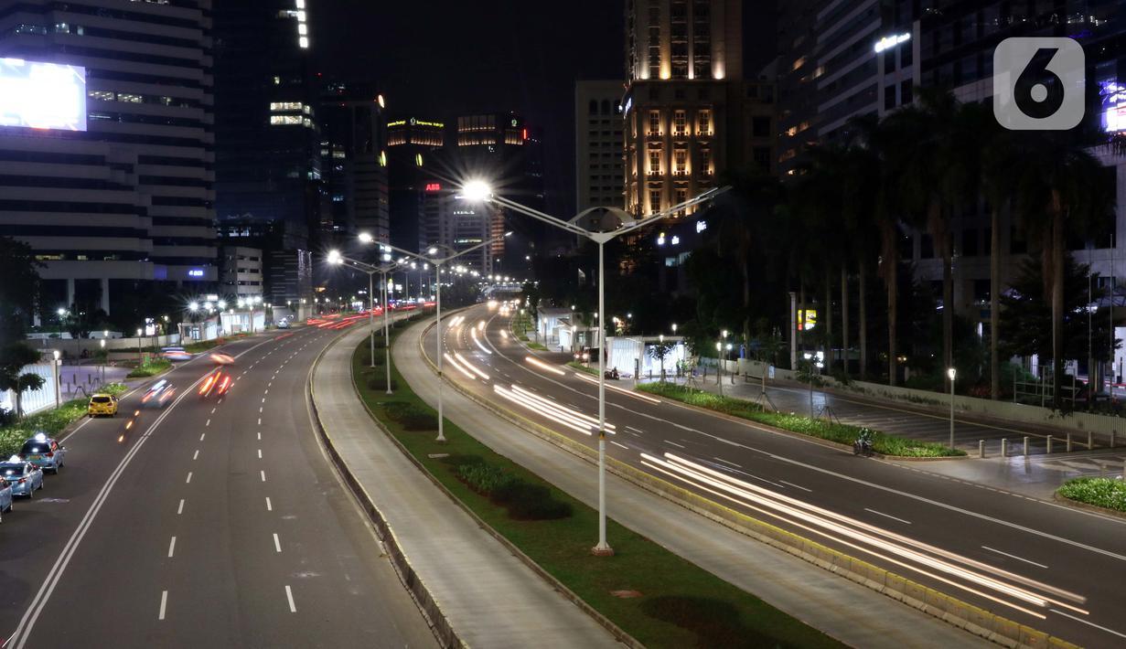 Suasana arus lalu lintas di Jalan Jenderal Sudirman, Jakarta, Selasa (22/4/2020). Gubernur DKI Jakarta, Anies Baswedan resmi memperpanjang masa penerapan Pembatasan Sosial Berskala Besar (PSBB) di Jakarta hingga 22 Mei 2020 mendatang. (Liputan6.com/Helmi Fithriansyah)