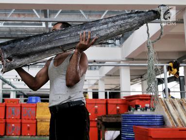 Pedagang membawa ikan di Pasar Ikan Modern (PIM) Muara Baru, Jakarta, Kamis (21/2). PIM Muara Baru mulai ditempati pedagang yang sebelumnya berjualan di Pasar Pelelangan Ikan (PPI). (Merdeka.com/Iqbal Nugroho)