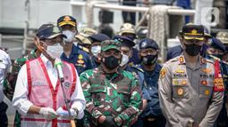 Menhub Budi Karya Sumadi (kiri) memberikan keterangan terkait penemuan CVR  Sriwijaya  SJ-182 di kawasan Dermaga JICT 2, Jakarta Utara, Rabu (31/3/2021). CVR ini ditemukan selasa malam (30/3) jam 20.00 WIB dengan alat TSHD King Arthur 8 di dasar lumpur laut. (Liputan6.com/Faizal Fanani)