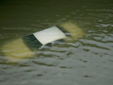 Sebuah mobil terendam banjir di jalan bebas hambatan setelah badai Harvey menerjang di dekat pusat kota Houston, Texas, Minggu (27/8). Badai Harvey ini tercatat sebagai badai paling kuat yang melanda AS dalam lebih dari sepuluh tahun. (AP/Charlie Riedel)
