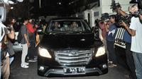 Tim penyidik KPK berada di dalam mobil Toyota Kijang usai penggeledahan di rumah Dirut PLN Sofyan Basir di Bendungan Hilir, Jakarta, Minggu (15/7).Penggeledahan terkait pengembangan kasus dugaan suap PLTU Riau-1. (Merdeka.com/Iqbal S Nugroho)