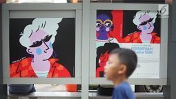 Seorang anak melintas di halte bus yang dihiasi karya seni rupa di Jalan Jenderal Sudirman, Jakarta, Selasa (27/8/2019). Karya seni yang dipajang di halte bus dan stasiun MRT tersebut dibuat dalam rangkaian acara Jakarta Art Week 2019. (Liputan6.com/Immanuel Antonius)
