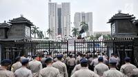 Polisi menjaga massa yang tergabung dalam Persaudaraan Alumni (PA) 212 saat menggelar aksi di depan Mapolda Metro Jaya, Jakarta, Rabu (10/10). Aksi ini digelar untuk mengawal pemeriksaan terhadap Amien Rais. (Merdeka.com/Iqbal Nugroho)