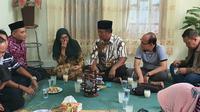 Rektor Unesa Prof Nurhasan mengunjungi rumah orangtua mahasiswa Unesa yang masih berada di Wuhan, China pada Minggu, 1 Maret 2020. (Foto: Liputan6.com/Dian Kurniawan)