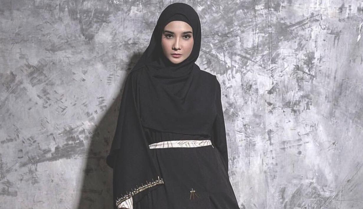 FOTO: Gaya Zaskia Sungkar dalam Balutan Gamis Hitam, Cantik dan