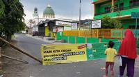 Warga di Kelurahan Pasar Merah Barat, Kecamatan Medan Kota, menutup sejumlah ruas jalan. Penutupan dilakukan warga selama 2 minggu atau 14 hari ke depan