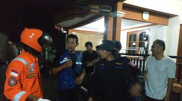 Tim Tagana Banyumas mengevakuasi sarang tawon di dekat rumah warga. (Foto: Liputan6.com/Tagana Banyumas/Muhamad Ridlo)