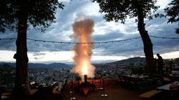 Tembakan meriam kembang api untuk memberi tanda matahari telah terbenam dan menandai akhir dari puasa selama bulan suci Ramadan di Sarajevo, Bosnia, (16/5). (AP Photo / Amel Emric)