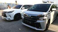 Mobil mewah sitaan KPK dari Bupati Hulu Sungai Tengah (HST) nonaktif Abdul Latif tiba di Pelabuhan Tanjung Priok, Jakarta, Senin (19/3). Kendaraan itu diduga hasil gratifikasi dan TPPU yang menjerat Abdul Latif. (Liputan6.com/Angga Yuniar)